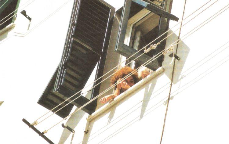 """Da lavandaie in azione: """"La sai l'ultima?"""" (Camogli, Italia, 2002)"""