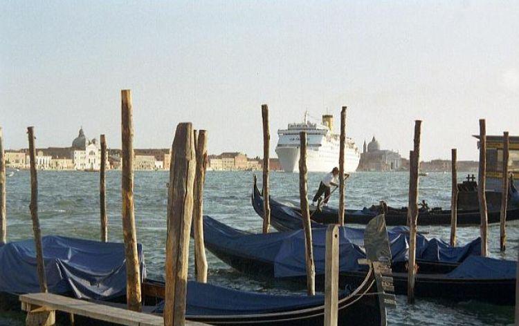 ...ci mettono i paletti (Venezia, Italia, 2003)