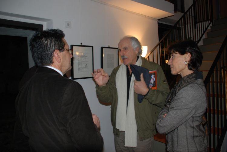 """Foto pubblico della mostra """"L'uomo che accarezza la terra"""""""